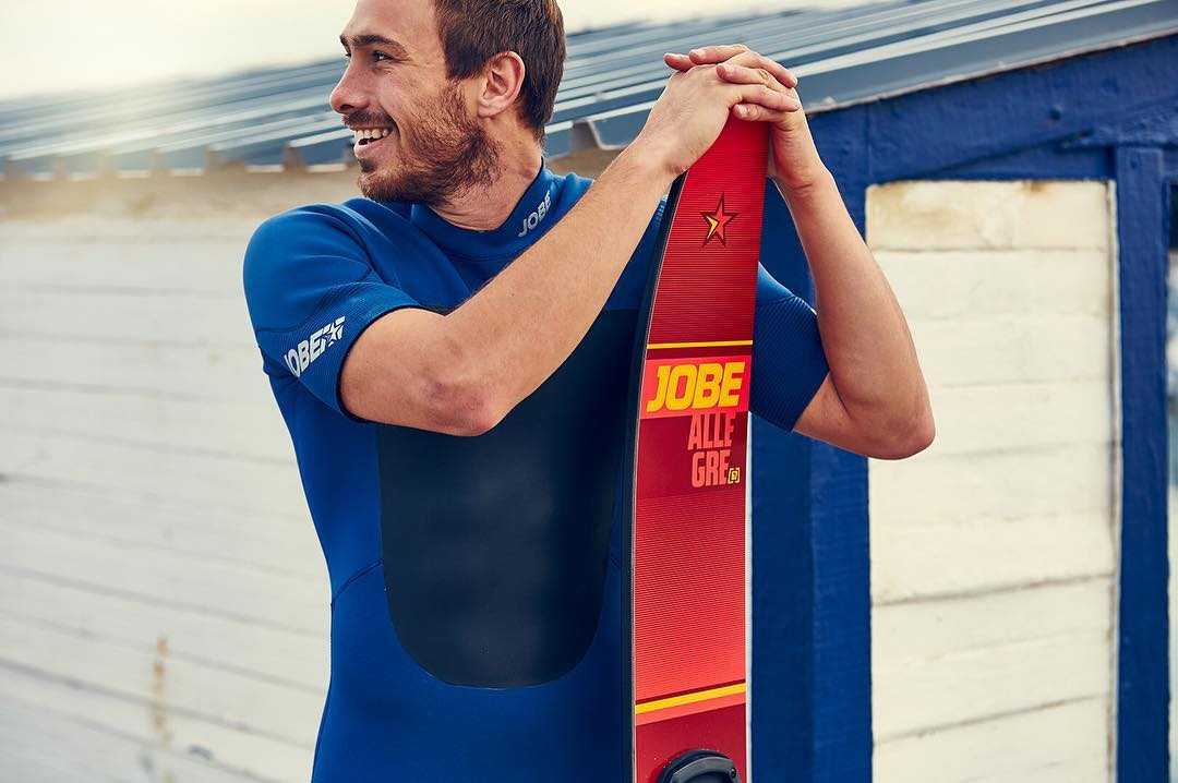 The Allegre combo skis are the perfect blend of strength and control for both combo as entry-level slalom skiing. This, combined with the tunneled bottom, guarantees the ski offers unlimited fun every session!