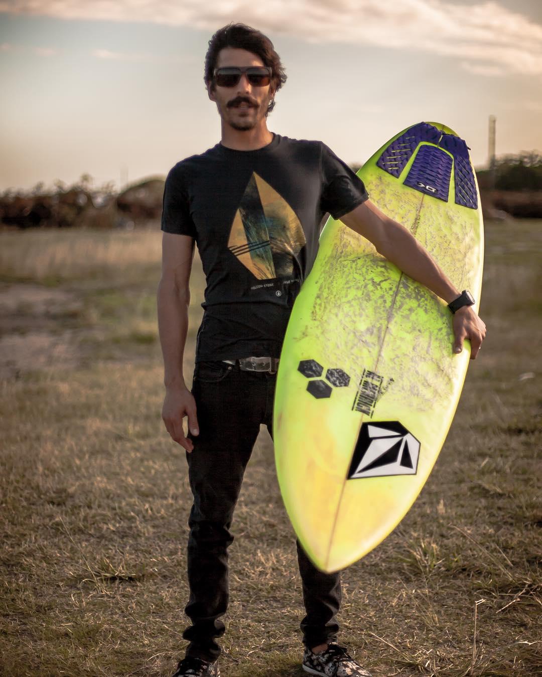Fran @fran_ferreras y su pasión por la búsqueda de olas gigantes eso es #truetothis #welcometowater ph: @juanvaleriani