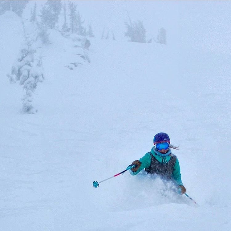Snow is back in the #sierranevada mountains and we're jazzed; here's to hoping your #Sunday and week to come look a little like this!  SKIER: @violet_callahan || PC: @_csimon_  #sisterhoodofshred #skiing #powder #winter #miraclemarch #deep #twitter