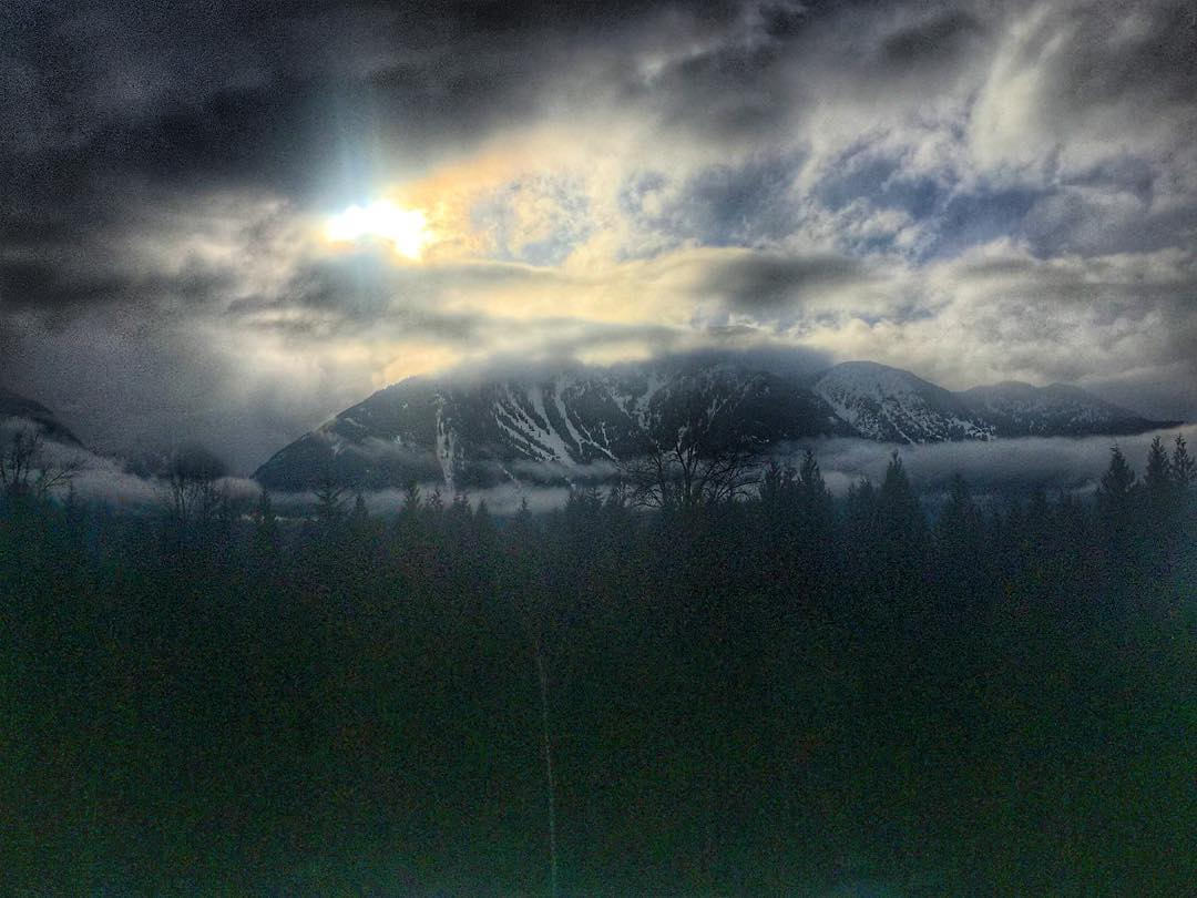 The Suns finally coming out here in @revelstoke excited to get into the legendary alpine terrain tomorrow! #skiing #britishcolumbia #revelstoke #10thadventures #sunset