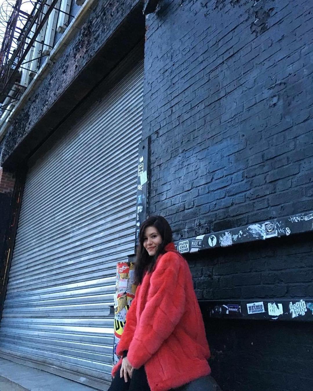 Lala en la entrada de la House of Vans de Brooklyn, que el 16 abrirá sus puertas para el festejo de los 50 años