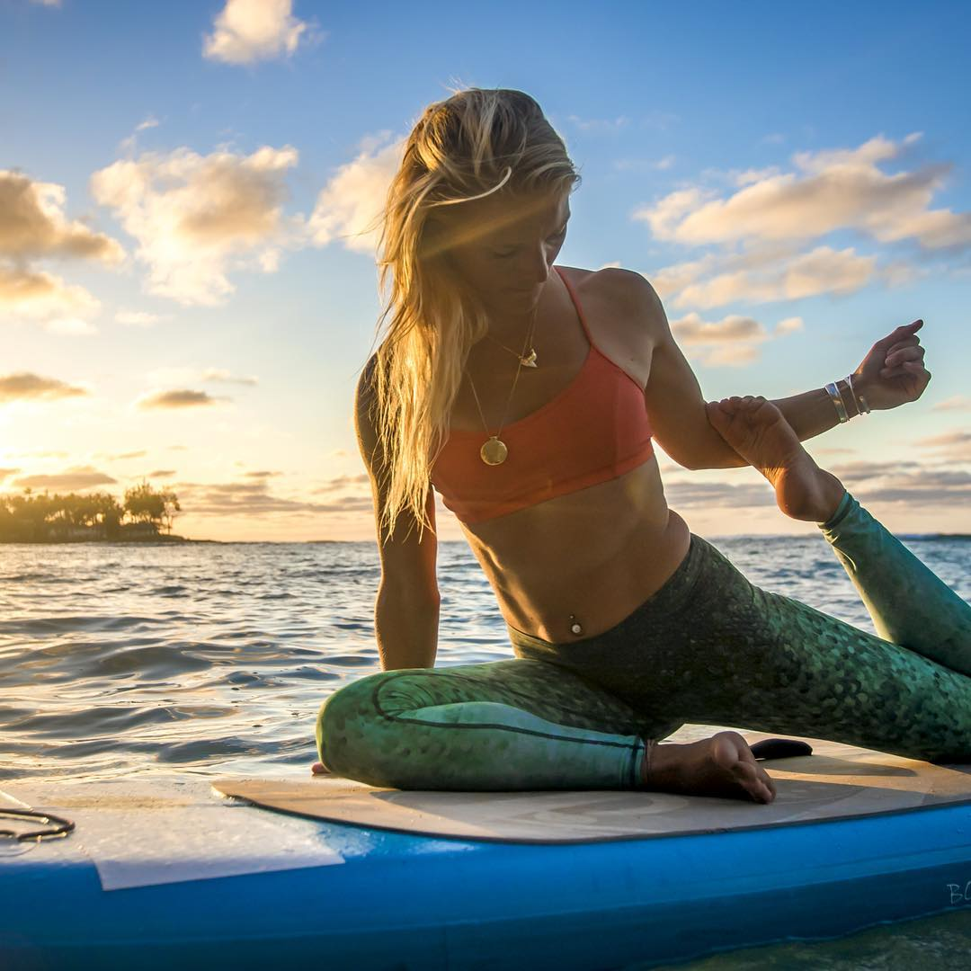 SPEND TIME IN BEAUTIFUL PLACES @wanderlustfest @bogayoga #supyoga in #hawaii with @gilliangibree captured by @instaclamfunk #traveltuesday #sup #mermaid #yogaeverywhere #waterwoman  #scalexherrin #sunprotection #travel #yogaleggings #sunset #OKIINO