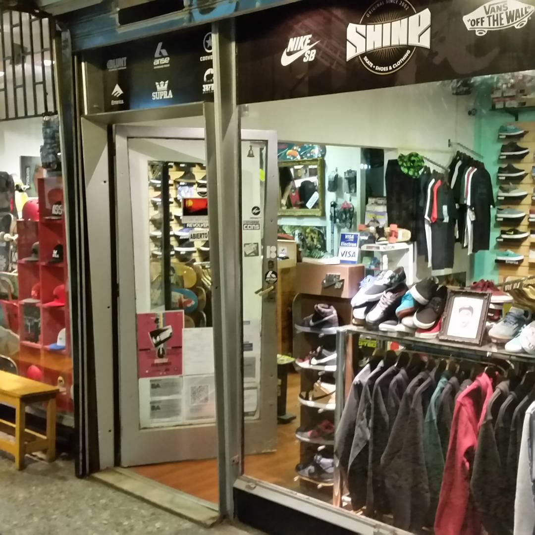 Suc. #galeriaplazaitalia donde tenemos 4 locales con segudo piso #outlet #zapas #skateboards #longboards #gorras #graff #ropa