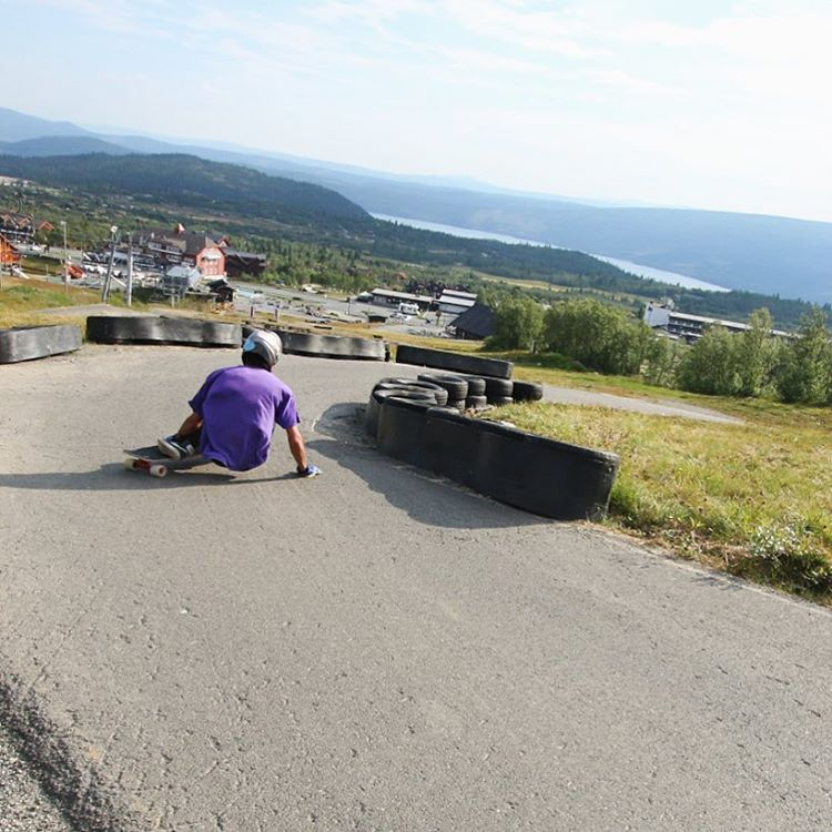 Feeling like a race car driver, @ali_nas dips into a right on a track in Beitostølen last August.