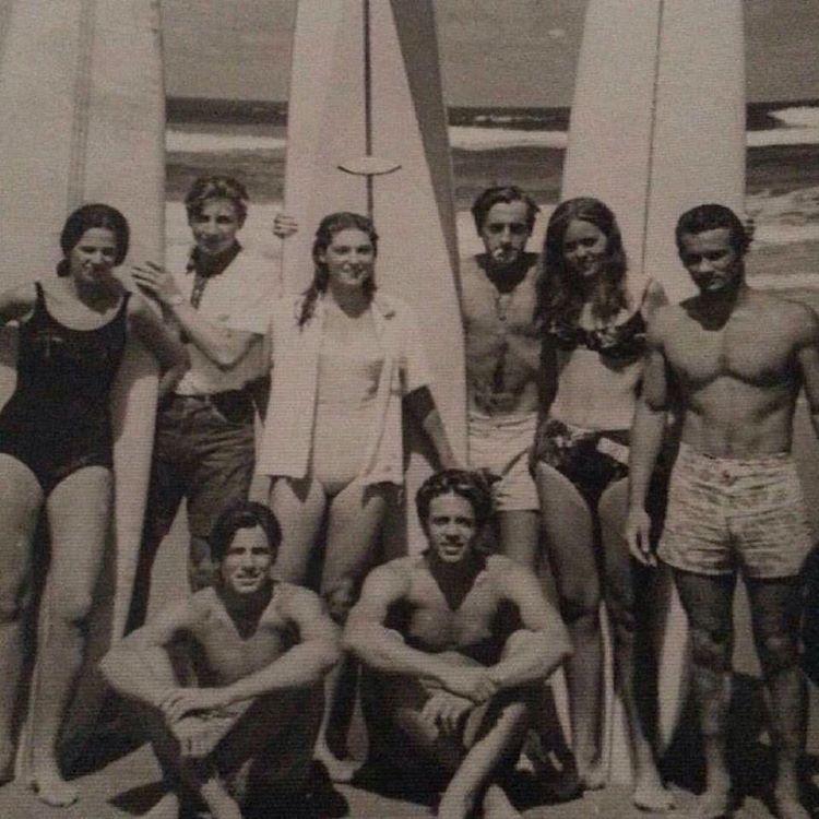 Papá abajo a la derecha junto a sus amigos en los comienzos del surf en Argentina. Decada 1960.