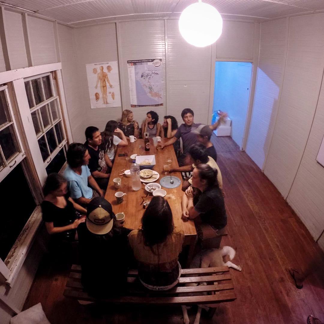 Family dinners, Lobitos style /// @billabongwomens @bingsurfboards @gopro @lobitos_cinema_project @waves4dev @heplobitos @teibylobitos #lobitos #peru #familia #equipaso #comopapayaconlimon #communitylove #pastaparatodos #grassroots...
