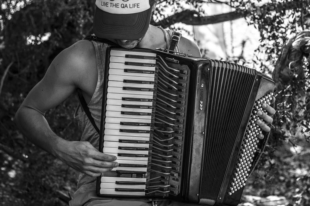 """""""Estaban por tirar este acordeón a la basura y un amigo lo rescató. Lo arregló él mismo y me enseñó a tocarlo. Nos terminó acompañando durante toda la gira por el Sur"""", Yago, de @aindaduo. • #theQAlife •"""
