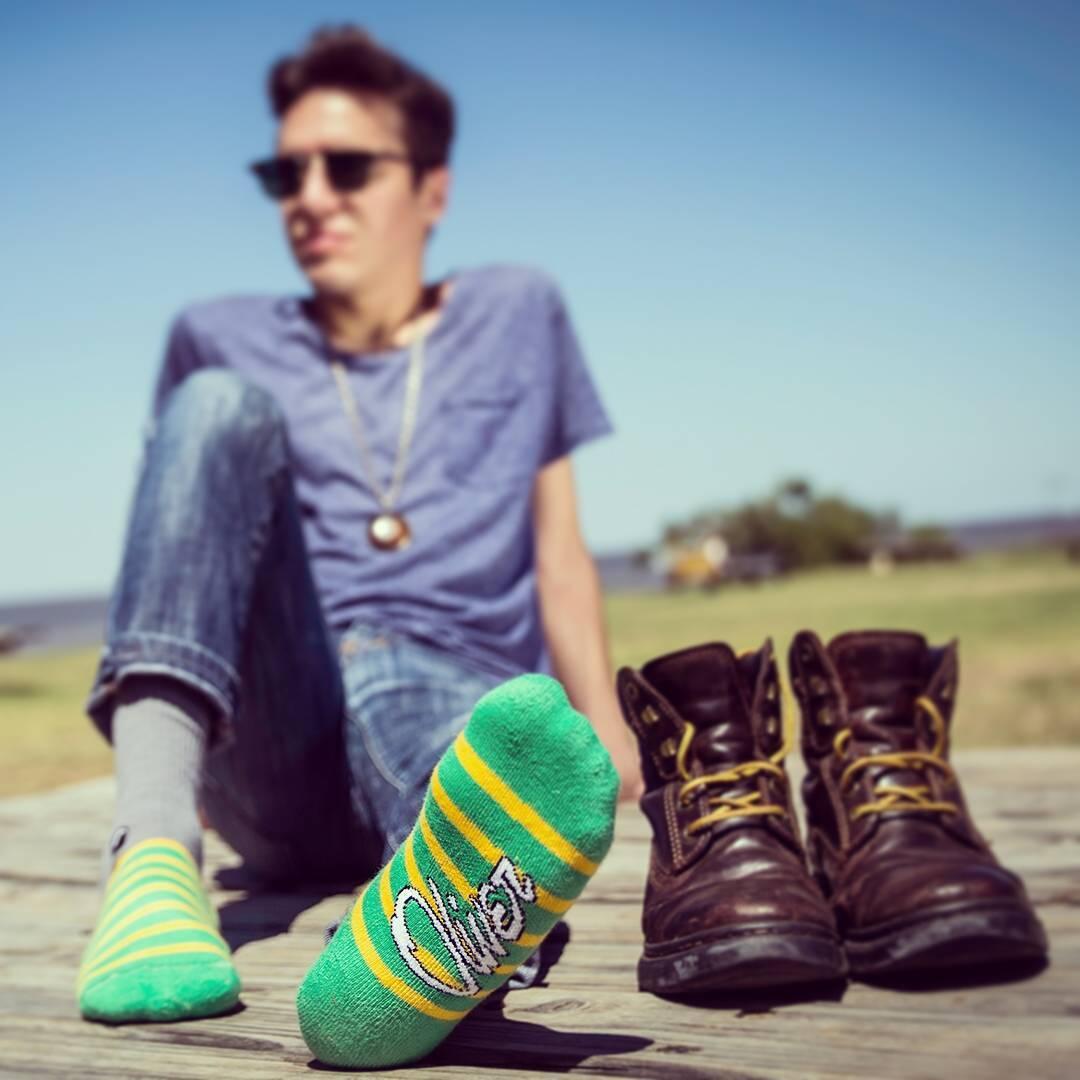 Sábado, sol y unas #OliverSocksen tus pies. ¿Qué más necesitás para salir a disfrutar el día #Oliver #CreaTuPropiaHistoria #Medias#MrGrey#Socks#Rayas#Relax #Sábado #FinDeSemana #Naturaleza #AireLibre #Cielo  Link en bio para adquirirlas.
