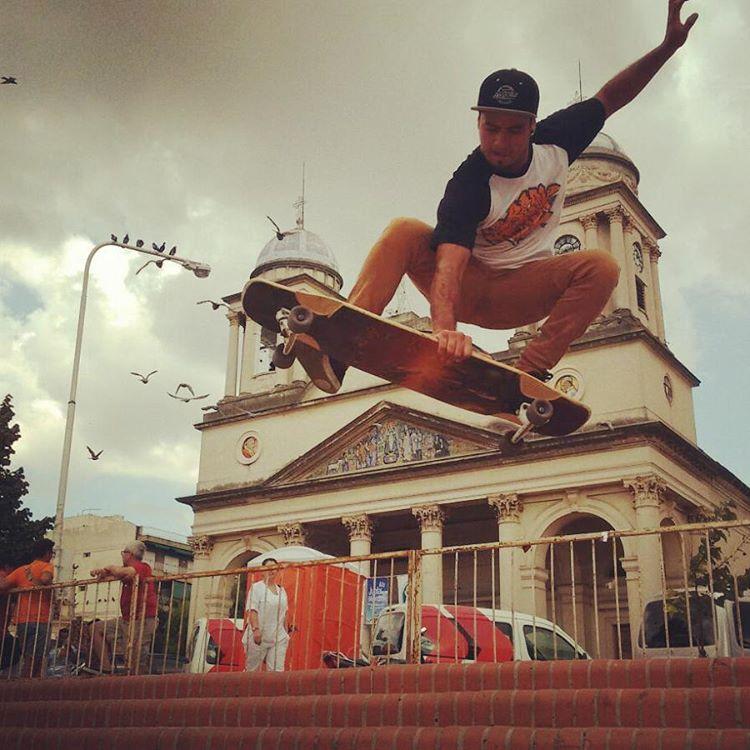 @braiantuner #volador sobre algunos escalones. #slyskateboards  #dominalascalles  #machbusterdk  #trucodemano #skateanddestroid  #longboard  @world_longboard