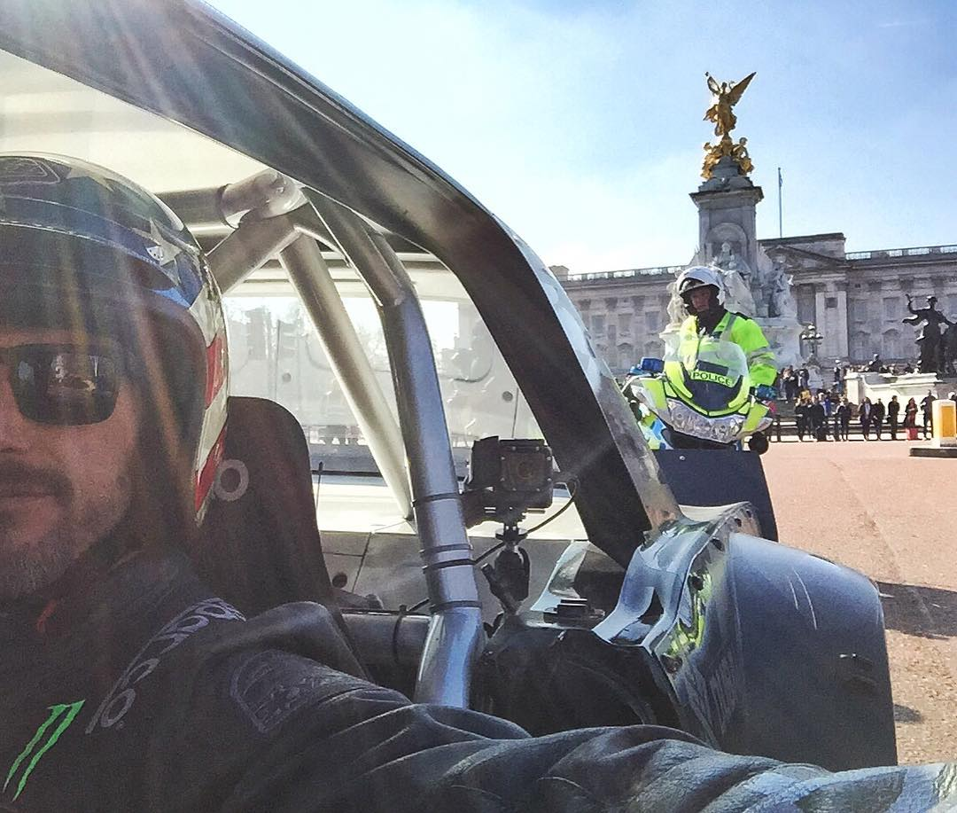 Obligatory Buckingham Palace tourism photo. #TopGearLondonTakeover #selfiesunday #sorryofficer #sorrynotsorry