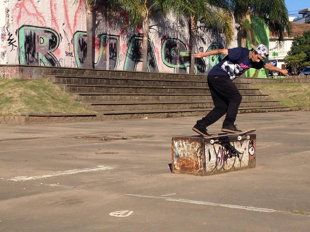 @thiagopingo Switch Bs Tailslide de passagem pela Benjamim em Porto Alegre - RS. Está em casa nas RUAS! #qixteam #skateboardminhavida