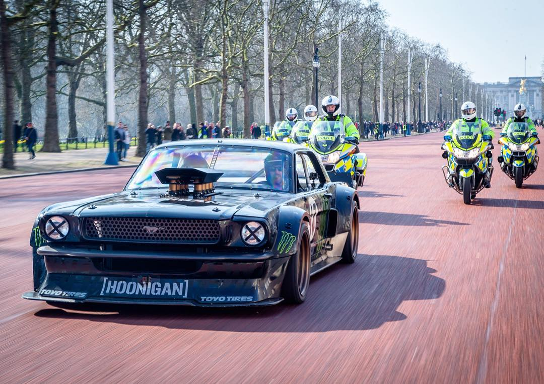 I wonder if the Queen of England likes V8s? Rolled down her driveway with new @TopGear host and friend Matt LeBlanc (@mleblanc) earlier today in London to find out. But, that uniformed squad was behind me the whole way to make sure I didn't hoon the...