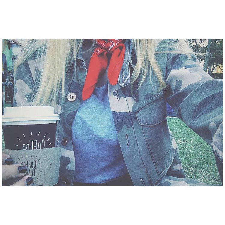 Hace cuanto que no tomaba cafe ❤️☕️ @coffeetownargok #coffee #coffeetownsantelmo #coffeetown #buenosairesmarket #buenosaires #bandana #camo #military #streetstyle #details #fashion #blogger #apple #iphone #ootd #outfit