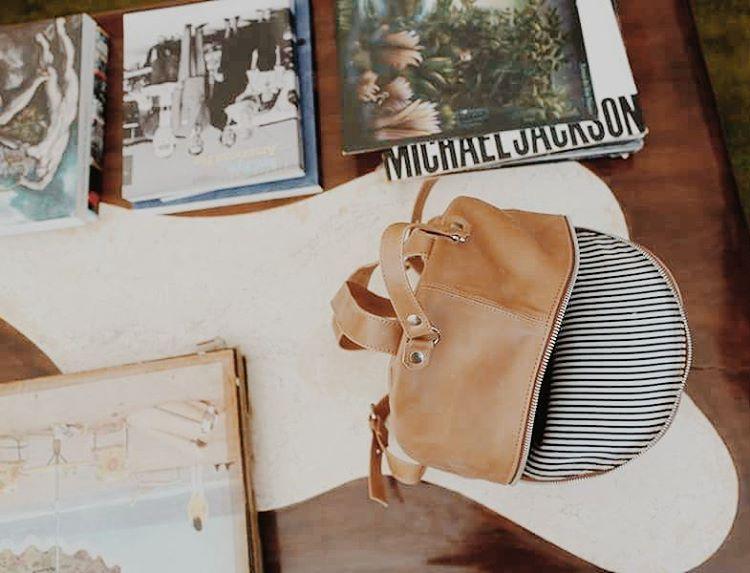 Entre discos y libros nuestra mochila Mini Navajas |  #leatherbag #classic #backpack #buenosaires #letsgosomewhere #welltravelled