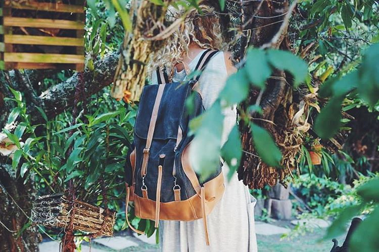Entre orquídeas nuestra mochila Junco. Encontrala en @junta_monton & www.mambomambo.com.ar #canvas #orquidea #goexplore #gooutside #itisbetteroutside
