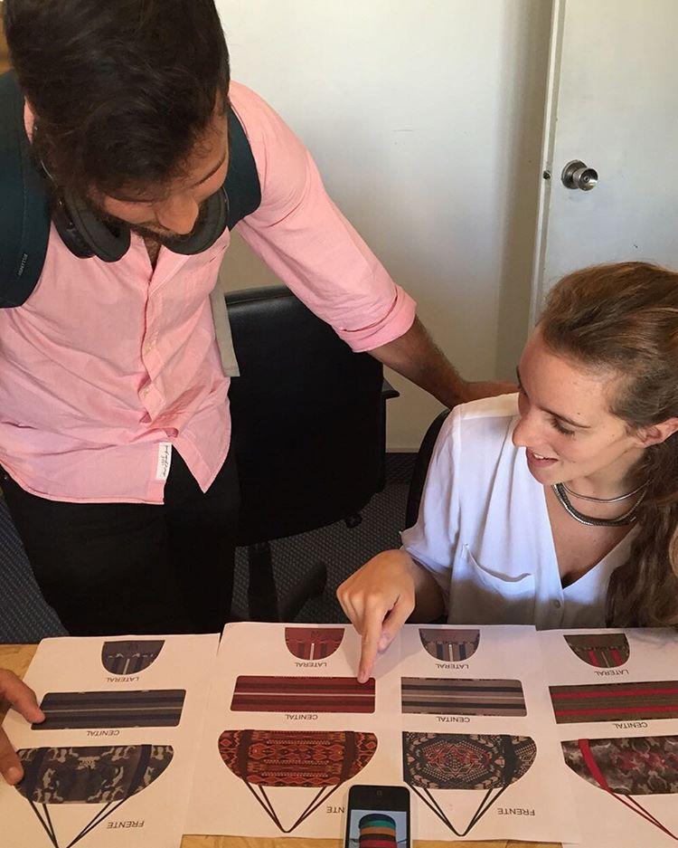 Ellos son Guille y Agus y están diseñando los nuevos bolsos. El #equipocreativoQA está trabajando para usted
