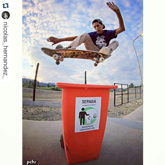 Arrancamos el dia con este foton de Nico Hernandez x Matias Chaves // Nuestro tour de Skate al sur se pospuso pero no vemos la hora de conocer a toda esa crew que sabe, le pide y deja todo x el Skateboarding