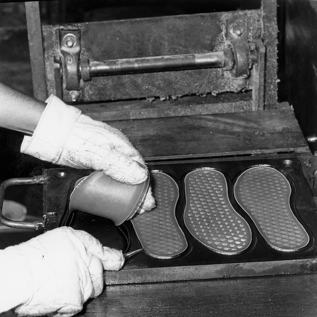 La suela de las @vans, mejor conocida como Wafflera, es una marca registrada en las zapatillas de la marca. A principios de los 70s un grupo de skaters californianos se dieron cuenta que el calzado se adaptaba perfectamente a la lija de la tabla de...