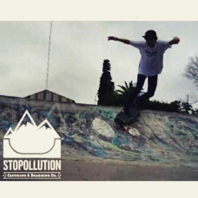 Acompañando a los fanáticos del skate. Gracias @cris_cio !! Entra en nuestra pagina facebook.com/StopollutionCo y elegi tu STOPOLLUTION! Ultimas unidades!!
