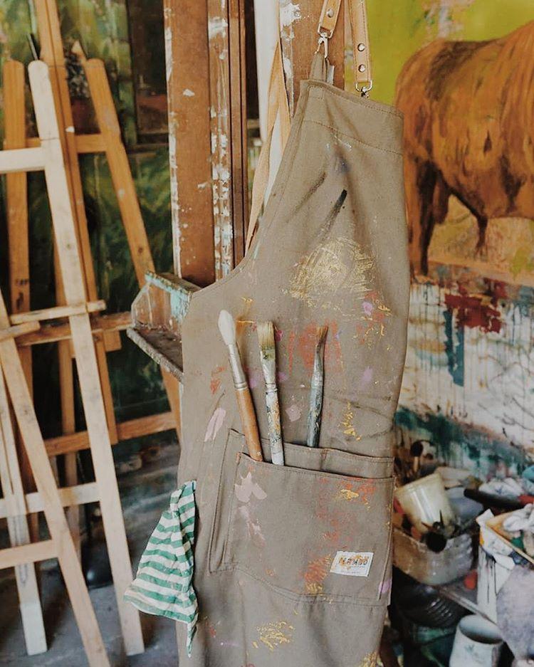 Así está el delantal Mambo de @bernardo_ezcurra!  Se viene una nueva tanda!! #aprons #colorful #artistinaction #mambobackpacks #painting