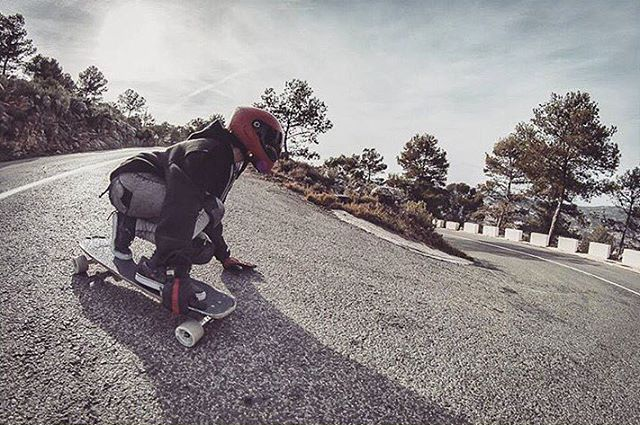 Spanish rider @alestorrisi on a gnarly left. Rad! Photo @pabloquilesss  #longboardgirlscrew #womensupportingwomen #skatelikeagirl #lgc #spain #españa #alestorrisi
