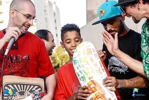 Jandro Diaz entregando los premios al 1er Puesto en Moron, fue uno de los jurados y represento a @labskateboaring en la demo. #skateboarding #moron #jandrodiaz #labskateboards #avalando