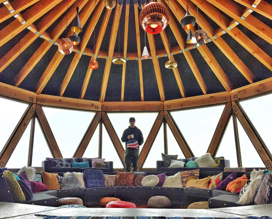 @PowderMountain does yurts proper. Enjoyed some post-shred lunch and coffee in this super bougie-yurt while we were there yesterday. This is just the lounge area, too - there's a full kitchen/bar/eating area right next to it. I like! #megayurt...