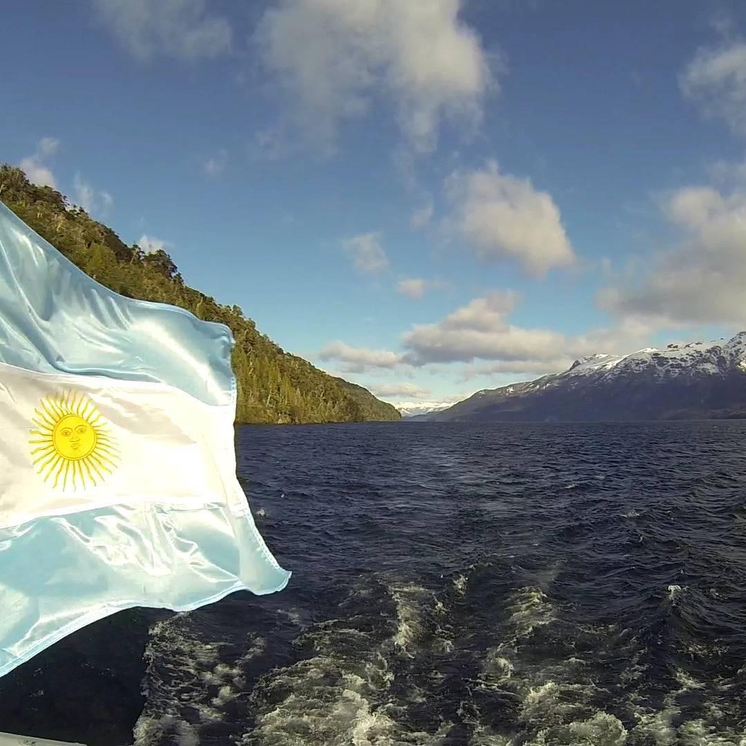 La bandera divide... el paisaje une!  #igworldclub #argentina #ig_argentina #estaes_america #neuquen #arrayanes #pic_groups #gopro #goproadventure #gopro_fotography #all_my_own #villalaangostura #picoftheday #gopro3black #agean_fotografia #sur...
