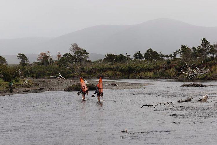 Cruzamos el peligroso Rio Lopez en una mañana fría, gris y lluviosa. Ademas el agua tiene 3°C.