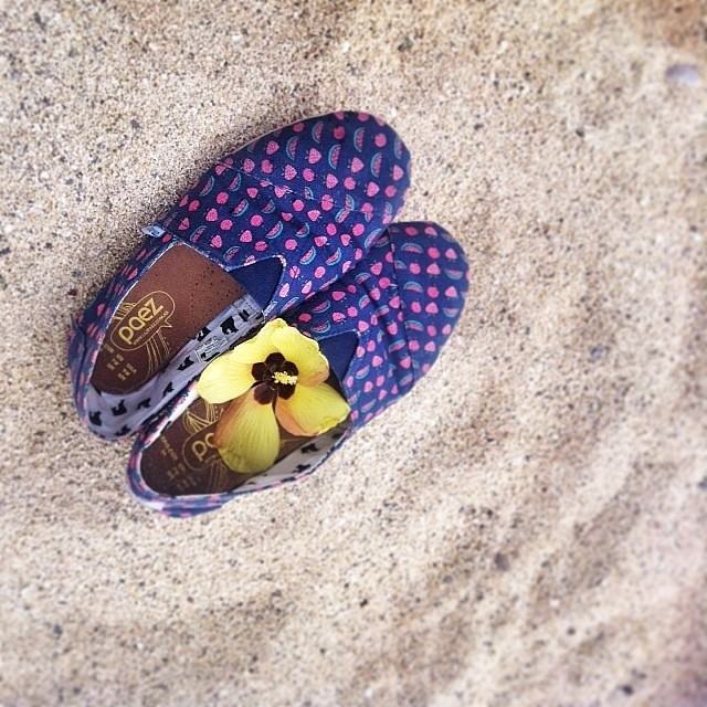 Hapiness is… sand between the toes. Regram: @ele_lena #Paez #Beach #Sand #Flower #PaezShoes