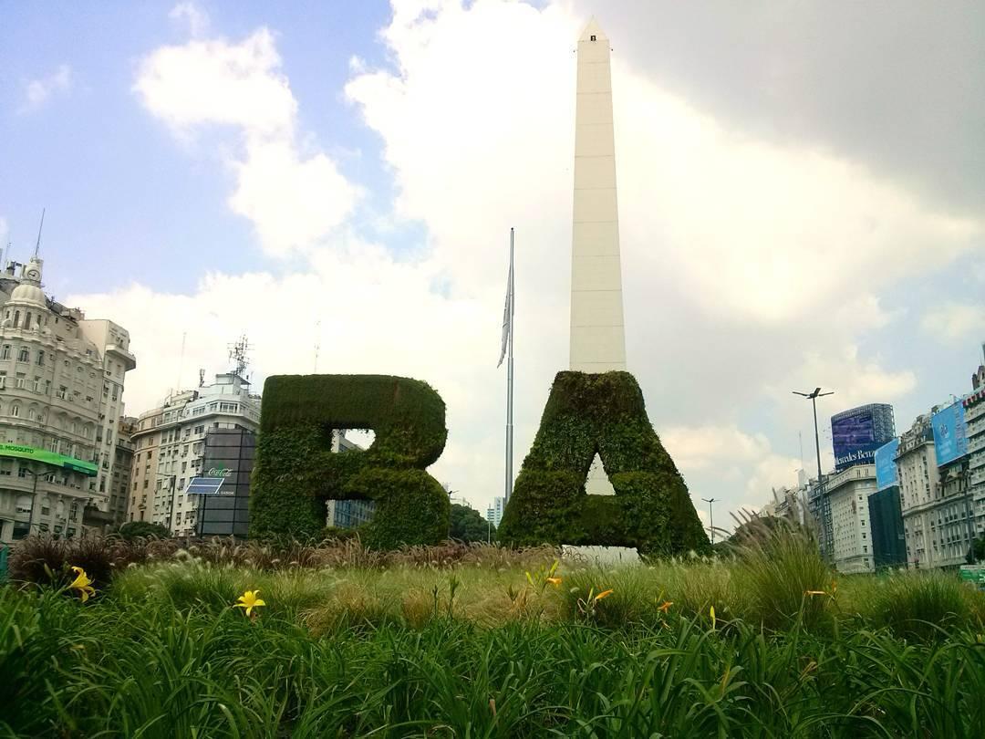 A pesar de la locura que genera, la ciudad tiene su encanto. #BA #ph #buenosaires #obelisco #city #sky #ontheroad