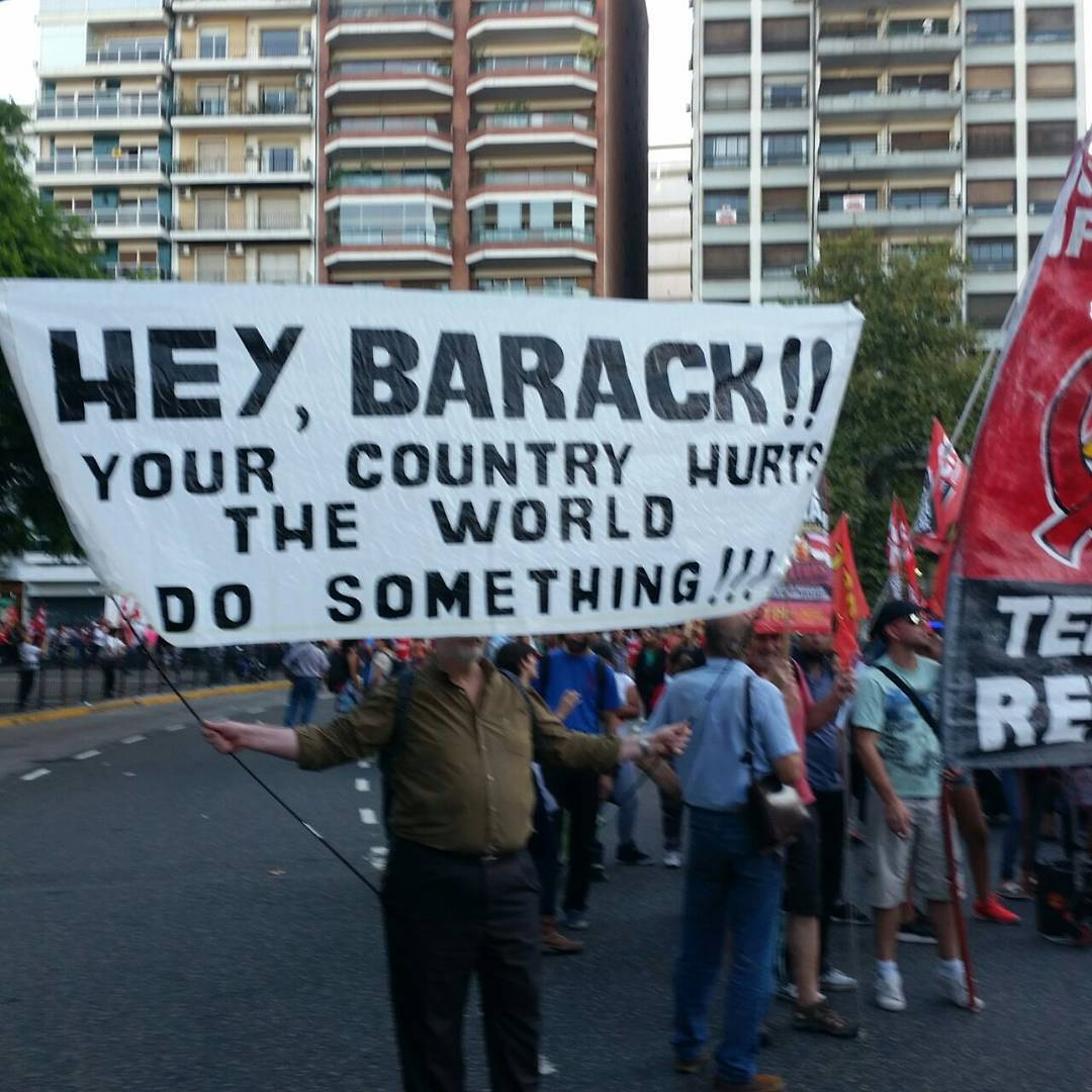 La marcha ahora en sucursal #galeriaplazaitalia #obamaenargentina