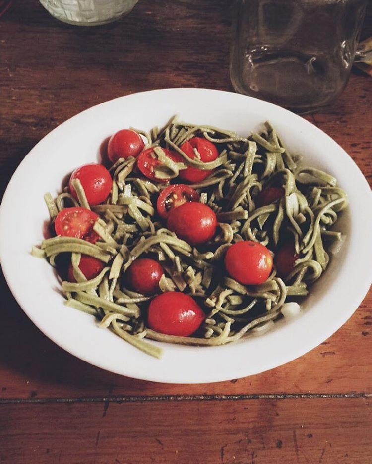Pastitas de @hausbrotsa con tomates cherry + cebolla + finas hierbas