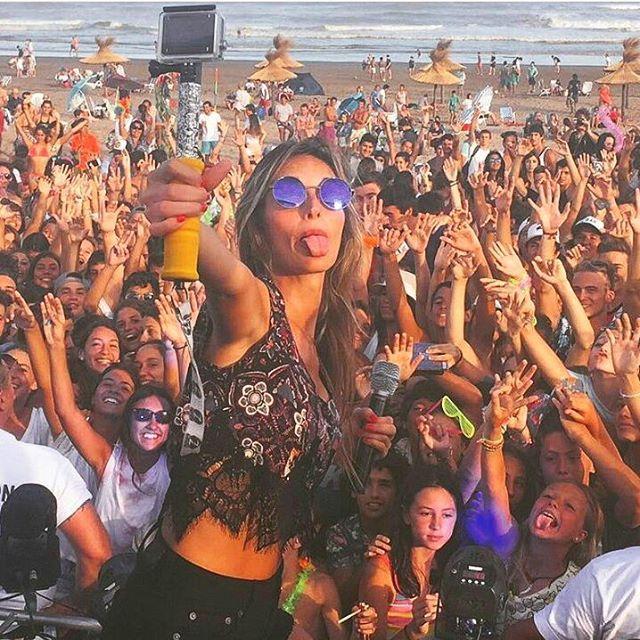 @isabullrich en pleno concierto de @losbonnitos, con su #ZephyrPole! Conseguí el tuyo en www.zephyrgear.com.ar!