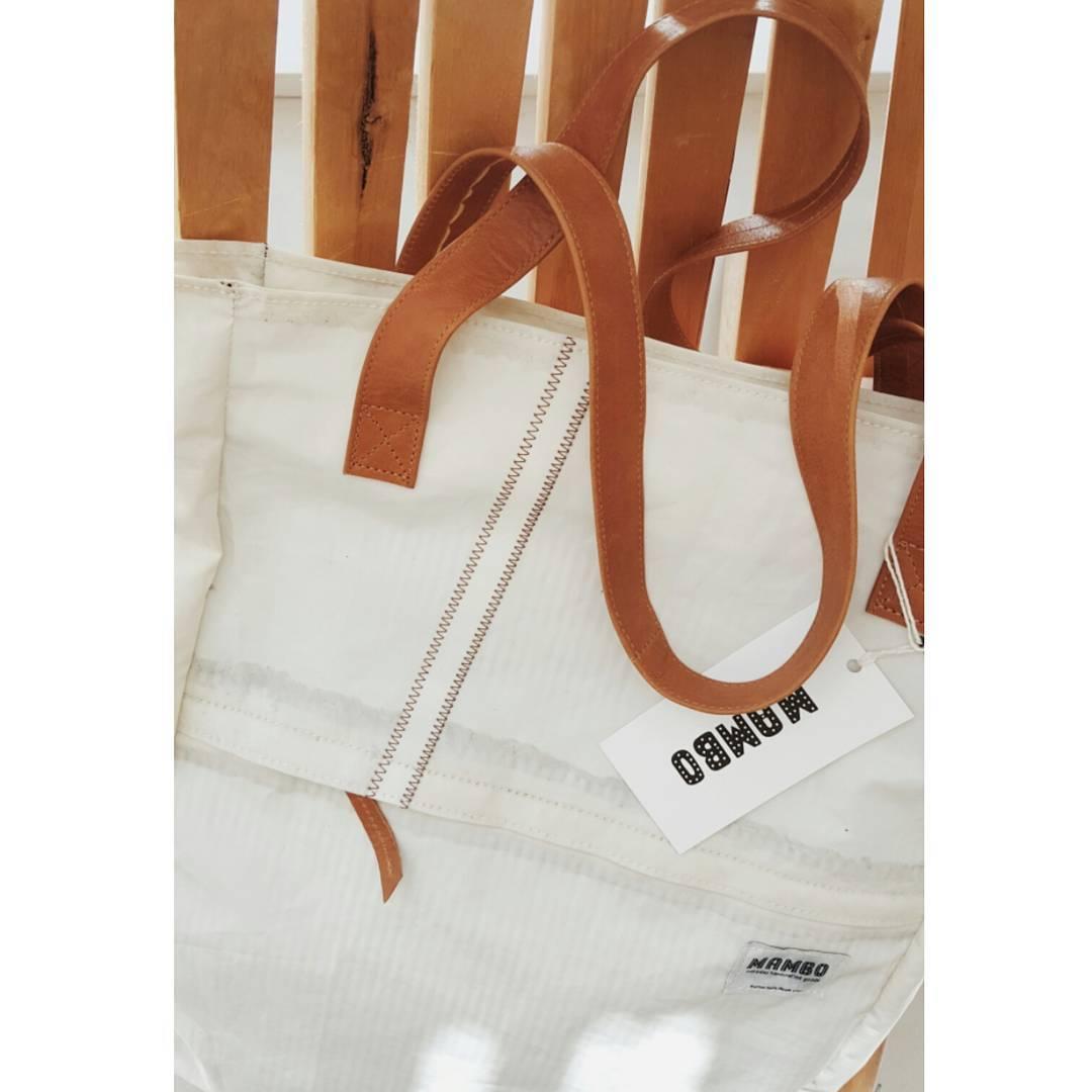 Hicimos estos bolsos que también son mochila con las velas viejas de un barco llamado rumor