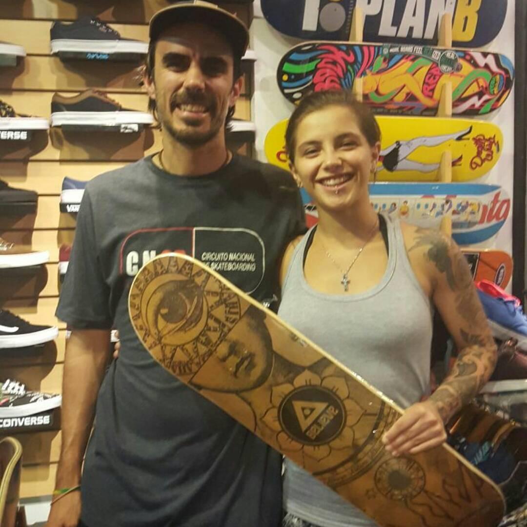 #valenetchegoyen de visita x #shineskateshop a buscar tabla #believeskateboards y zapas #BluntFootwear @valentinaetchegoyen