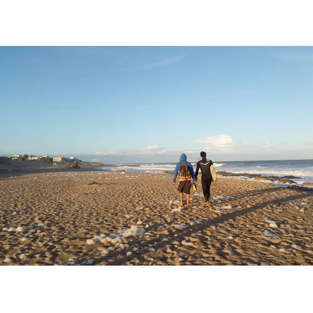 Nuestra mochila Junco atardeciendo post surf en La Pedrera