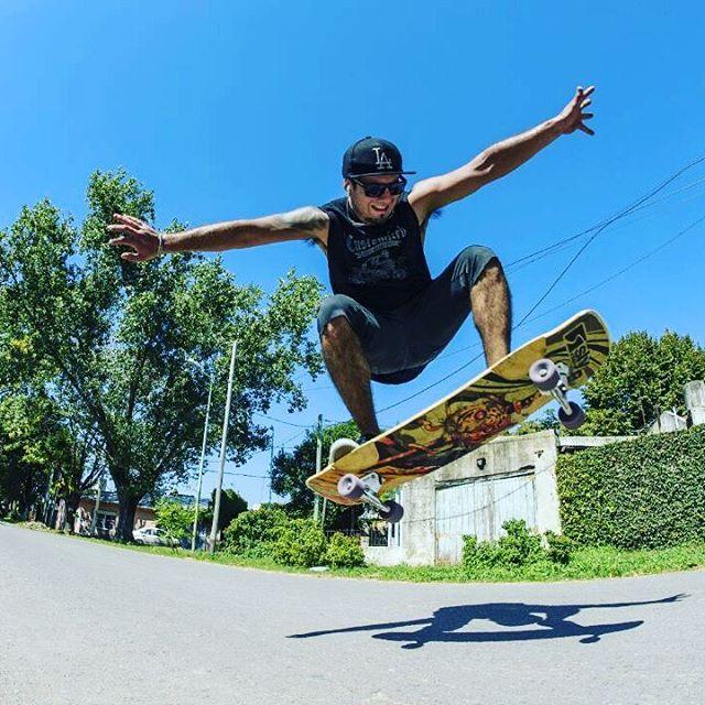 Tuner time!! @braiantuner indudablemente disfruta con su #SlyZero #SlySkateboards #dominalascalles