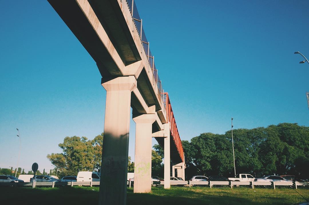 La vida se trata de puentes, uno es el creador de esos puentes con lo que dice y principalmente con lo que hace. Es uno quien construye o destruye los puentes de su vida, quien proyecta su propio destino. Quien atrae lo bueno o lo malo, aunque a veces...