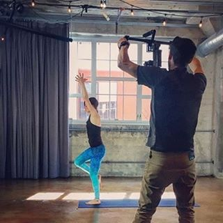 #bts #repost @michael_alfuso Behind the scenes with Laura Burkhart (@lauraburkhartyoga) for @grokkerinc this past week. @sunsetsalads #grokkeryoga #djironinm #djironin #setlife #yogaeverydamnday #yogagirl #yogateacher #metabones #gh4 #4k #OKIINO...