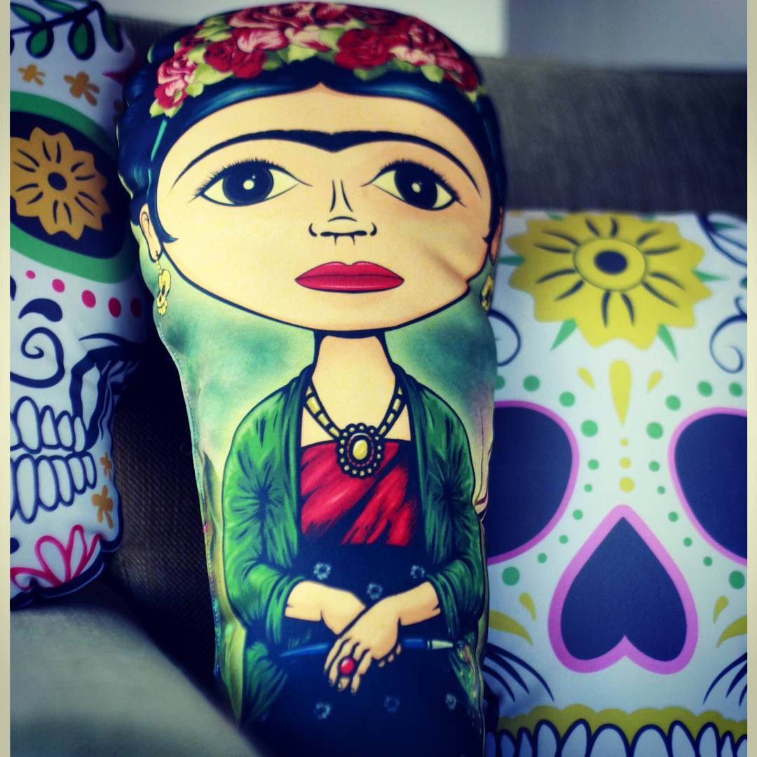 Frida busca una mejor compañia. #fridakahlo #regalos #calaverasmexicanas