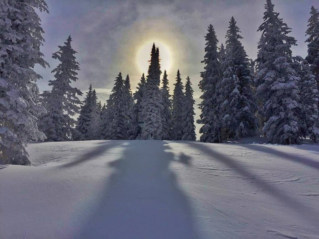 Siguiendo la onda de este Lunes gris, nos adelantamos al #invierno2016 con esta foto de @fexv_85 disfrutando en #vail • Get ready for #winter and #powder ❄️☃