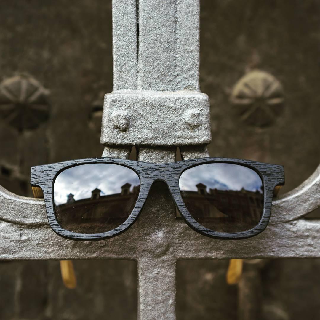 Nuestras gafas en alguna puerta en la ciudad de Sevilla, España!