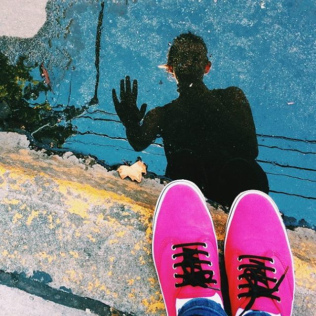 Zapatillas creadas para decir que vas a chapotear en el charco pero en realidad te terminas sacando una selfeet