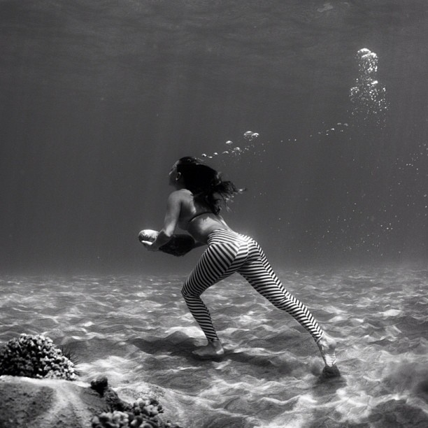 Is it time to start training for winter surf? And is my butt glowing? #rockrunning #underwater #sarahleephoto