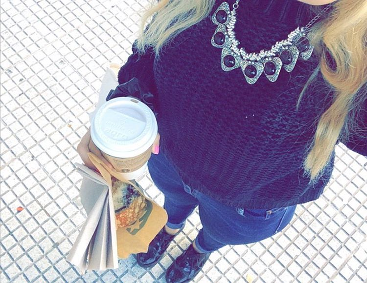 Coffee #morning #today #dot #dotbaires #ootd #look #fashion #blogger #blonde #oxfordlaceup #laceup #starbucks #soymilk #cinnamon #apple #iphone #necklace #outfit