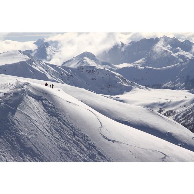 Líneas y avalanchas. Cuando salgan a andar, respeten la montaña y disfruten como nunca! #burtonshredit #burton #winterishere #backcountry