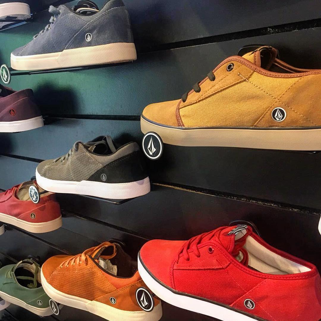 Variedad y multiples colores tiene la nueva colección de #volcomfootwear Date una vuelta! Buen domingo familia!