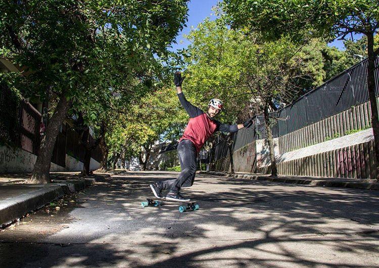 DOMINGO... PUM... ¡TOMÁ! Agustin Traverso haciendo de las suyas, capturo por el lente de Mariano Cavic.  #andarxandar #BuenosAires #longboard www.WikaSport.com