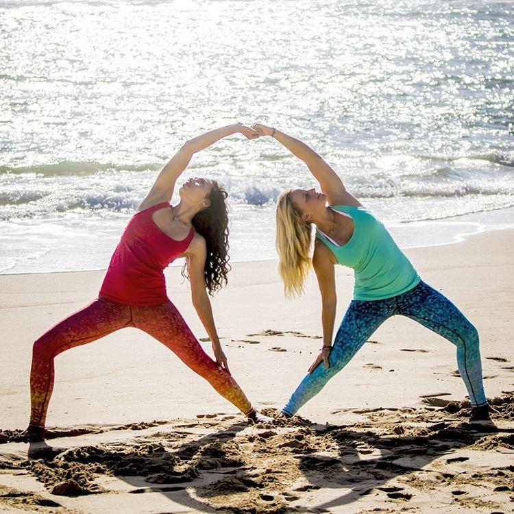 BEACH WARRIORS  @raaarrrr & @carlywi captured by @instaclamfunk #beach #yoga #reversewarrior #yogaeverywhere #hawaii #yogaleggings #OKIINO